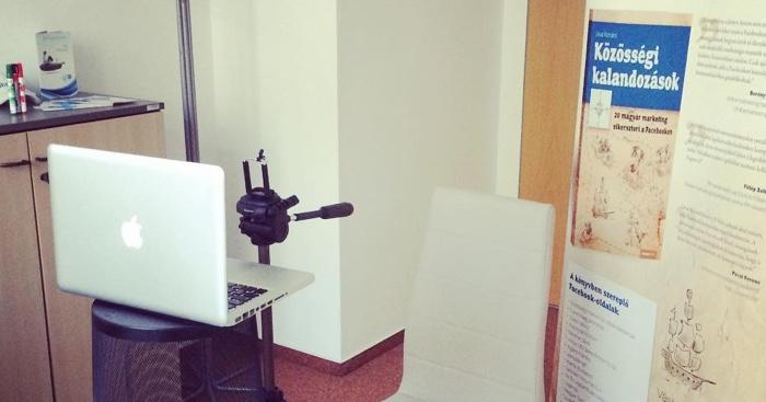 """A """"stúdió"""": állvány selfie bot alkatrésszel, speciális számítógép """"asztal"""", és egy rollup, ami ápol és eltakar. :-)"""
