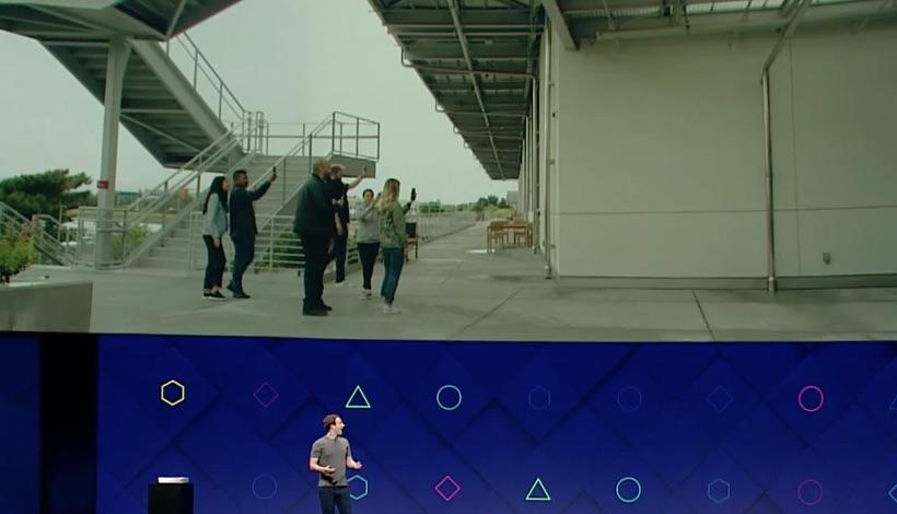 Üres falon új valóság: virtuális műalkotást nézegetnek az emberek az okostelefonjuk segítéségével.